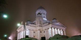 De Kathedraal van Helsinki in een mistige nacht Stock Foto's