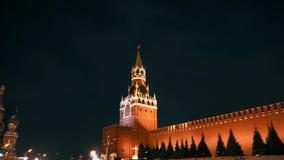 De Kathedraal van het Basilicum van heilige, de klok van het Kremlin, de muur van het Kremlin, panorama, nacht, geen mensen stock footage