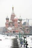De Kathedraal van het Basilicum van heilige door sneeuw wordt behandeld die Stock Fotografie