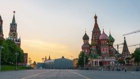 De Kathedraal van het Basilicum van heilige in Moskou bij zonsondergang stock videobeelden