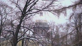 De kathedraal van Isaac bij de winter stock videobeelden