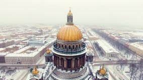 De kathedraal van Isaac in luchtschot heilige-Petersburg stock video