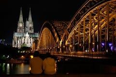 De kathedraal van Keulen bij nacht Stock Afbeeldingen