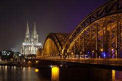 De Kathedraal van Keulen bij nacht Stock Afbeelding