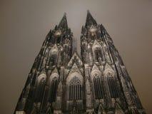 De Kathedraal van Keulen bij nacht Stock Foto's