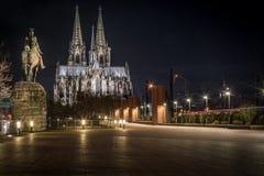 De Kathedraal van Keulen bij nacht Royalty-vrije Stock Foto's