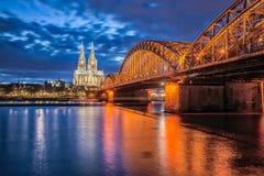 De Kathedraal van Keulen bij nacht in Keulen, Duitsland Royalty-vrije Stock Foto's