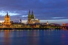 De Kathedraal van Keulen bij schemer Stock Afbeeldingen