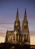 De kathedraal van Keulen bij zonsondergang stock foto's
