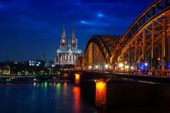 De Kathedraal van Keulen, Duitsland bij nacht Stock Afbeelding