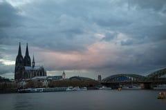 De kathedraal van Keulen en hohenzollern brug Stock Afbeelding