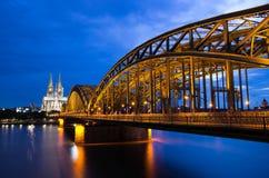 De kathedraal van Keulen en hohenzollern brug Stock Fotografie