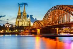 De Kathedraal van Keulen en Hohenzollern Brug, Duitsland royalty-vrije stock fotografie