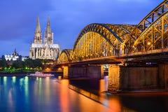De Kathedraal van Keulen en Hohenzollern Brug, Duitsland Stock Foto
