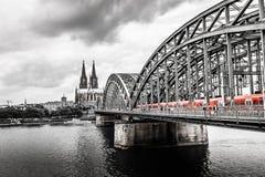 De Kathedraal van Keulen en Hohenzollern-Brug, Keulen, Duitsland Stock Foto