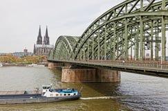 De Kathedraal van Keulen en Hohenzollern-Brug over Rijn-rivier Stock Fotografie