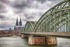 De Kathedraal van Keulen met de Hohenzollern-brug Stock Afbeelding