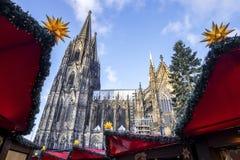 De kathedraal van Keulen zoals die van de markt wordt gezien Stock Foto