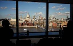 De Kathedraal van Londen St Paul ` s, mening van Tate Modern met Gesilhouetteerde naamloze mensen Stock Foto
