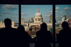 De Kathedraal van Londen St Paul ` s, mening van Tate Modern met Gesilhouetteerde naamloze mensen Royalty-vrije Stock Afbeeldingen