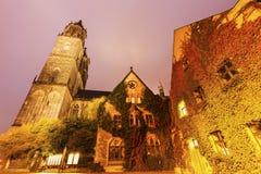 De Kathedraal van Maagdenburg bij nacht Stock Afbeeldingen
