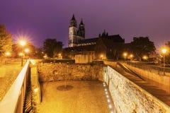 De Kathedraal van Maagdenburg bij nacht Royalty-vrije Stock Fotografie