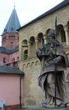 De kathedraal van Mainz met standbeeld van een bischop royalty-vrije stock foto