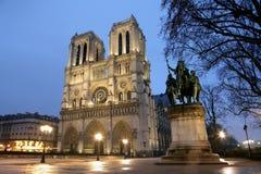 De kathedraal van Notre Dame bij nacht Royalty-vrije Stock Afbeeldingen