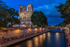 De Kathedraal van Notre Dame de Paris en Zegenrivier Stock Afbeelding