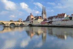 De Kathedraal van Regensburg en Steenbrug in Regensburg, Duitsland Stock Afbeelding