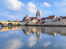 De Kathedraal van Regensburg en Steenbrug in Regensburg, Duitsland Royalty-vrije Stock Fotografie