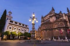 De Kathedraal van Sevilla bij nacht Royalty-vrije Stock Foto's