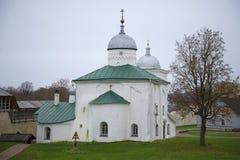 De Kathedraal van Sinterklaas in vesting Izborsk op een bewolkte Oktober-middag Het gebied van Pskov, Rusland Stock Foto