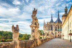De Kathedraal van St Barbara en Jezuïetuniversiteit in Kutna Hora stock foto