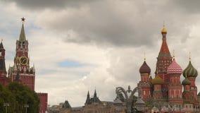 De Kathedraal van St Basilicum Heilig en de Spassky-Toren stock videobeelden