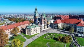 De kathedraal van Wawel in Krakau, Polen Luchtvideo stock video