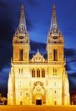 De kathedraal van Zagreb bij nacht stock fotografie