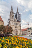 De Kathedraal van Zagreb in de loop van de dag in de zomer stock afbeeldingen