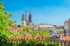 De Kathedraal van Zagreb en stadshorizon stock foto