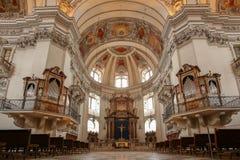 De Kathedraalbinnenland van Salzburg met orgaan en altaar stock foto