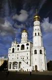 De Kathedraalgloed van het Kremlin tegen een Kobalthemel stock foto