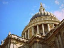 De kathedraalkoepel van Londen Saint Paul van onderaan hoek Stock Foto
