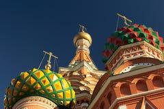 De kathedralenkoepels van het Basilicum van heilige. Moskou, Rusland. Close-up Stock Foto