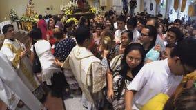 De katholieke liefhebbers werden gegeven kans om de heilige monstrans te kussen stock videobeelden