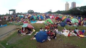 De katholieke liefhebbers zetten tenten, greepwake in park op om feest van Zwarte Nazarene waar te nemen stock footage