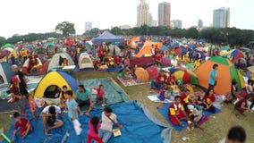 De katholieke liefhebbers zetten tenten, greepwake in park op om feest van Zwarte Nazarene waar te nemen stock video