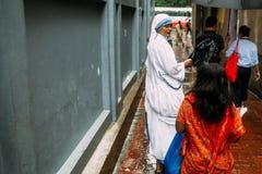 De katholieke Zuster spreekt met kinderen voor Huis van Moeder Teresa in Kolkata, India stock foto
