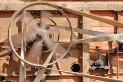 De katrol in motie van oude houten maaidorsers royalty-vrije stock afbeelding