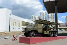 ` De Katyusha del ` del lanzador BM-13 en base del ZIS-151 el museo de la defensa de Moscú Imágenes de archivo libres de regalías
