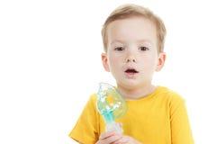 De Kaukasisch die zuurstof van de kindholding of inhaleertoestelteken op wit wordt geïsoleerd stock afbeeldingen